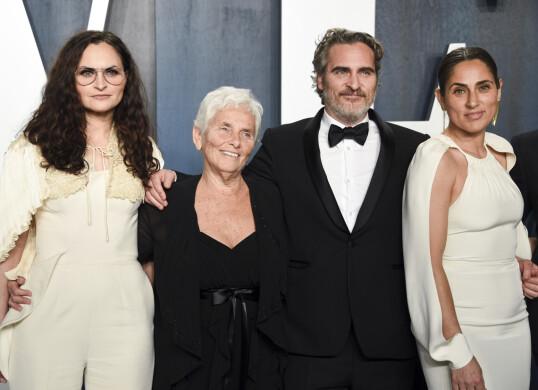 FAMILIEBÅND: Joaquin Phoenix på The Vanity Fair Oscar Party i februar 2020, omgitt av familien. Fra venstre: Rain Phoenix, Heart Phoenix, Joaquin Phoenix og Summer Phoenix. FOTO: NTB Scanpix