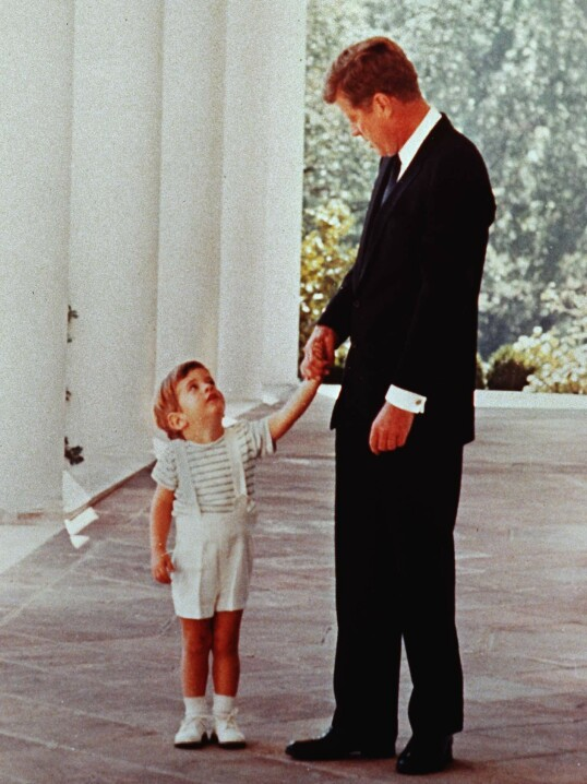 <strong>FAR OG SØNN:</strong> JFK senior holder sin sønn JFK jr. i hånden utenfor Det Hvite hus. Året er 1963, og presidenten har bare kort tid igjen å leve. FOTO: NTB scanpix