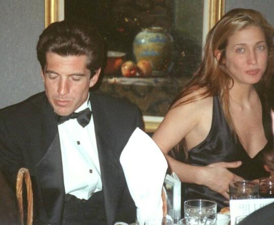 <strong>FERSKT:</strong> Det tok lang tid før John F. Kennedy, Jr. og Carolyn Bessette ble et par, men i 1994 begynte de to for alvor å date. Dette bildet er tatt tidlig i 1995, under en middag i New York. FOTO: NTB scanpix