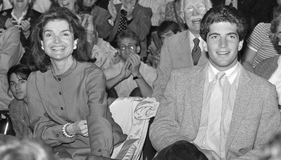 <strong>FORMANINGER:</strong> Jackie Kennedy ba på sine knær om at sønnen JFK jr. ikke måtte følge drømmene sine, og ta pilotlappen. Hun hadde nemlig fått det for seg at han kom til å dø i flystyrt. FOTO: NTB scanpix