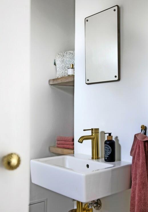 Utnytt de morsomme hulrommene som ofte er i gamle hus, slik Kathrine her har gjort på badet. FOTO: Kira Brandt