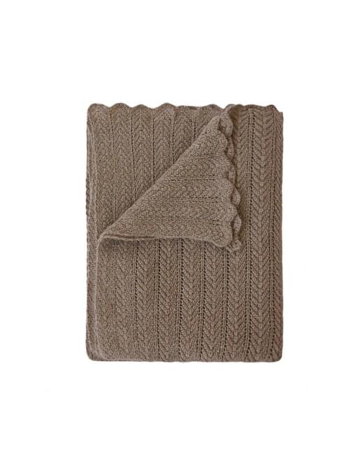Håndstrikket pledd i ull som bærer navnet «Hollie», 160 × 130 cm (kr 5350, Aiayu).