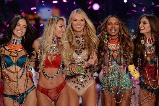 VICTORIA'S SECRET: Strijd (i midten) har gått ned Victoria's Secret-catwalken mange ganger. Foto: NTB Scanpix