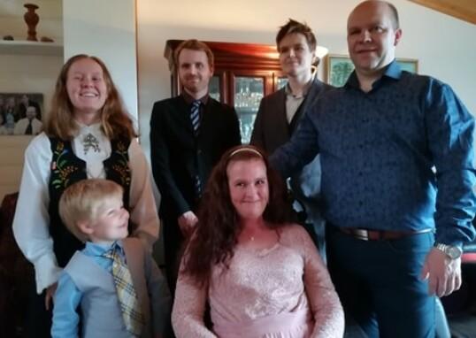 FAMILIEN SAMLET: Vivian har stor støtte i barna og samboer Geir Håvard. FOTO: Privat