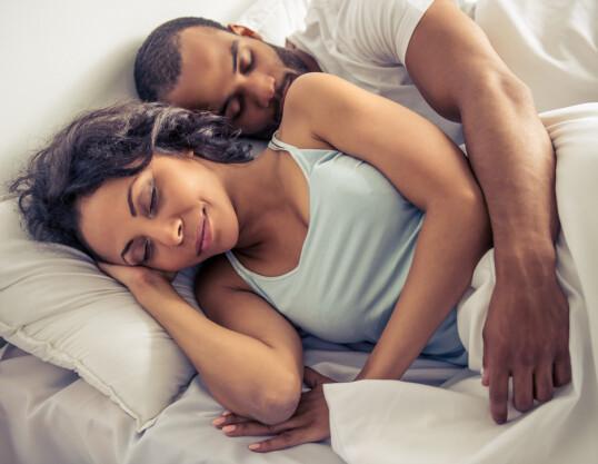 KOSELIG: Ifølge eksperten trenger man ikke sove tett for å ha et godt forhold, men det er selvsagt veldig koselig. Foto: NTB Scanpix