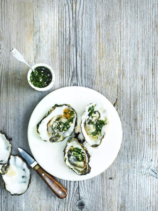 Server østersene helt enkelt og klassisk med en fransk eddikdressing. Tips! Mignonette er den franske eddikdressingen med pepper og sjalottløk. Den er også god som salatdressing. FOTO: Columbus Leth
