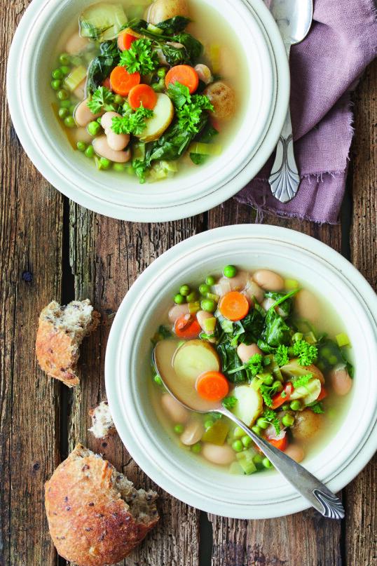 Dette er en enkel suppe full av sunne og friske grønnsaker. Tips! Kok gjerne litt makaroni og legg i suppen. FOTO: Winnie Methmann