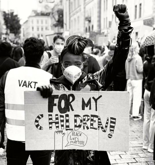 DEMONSTRASJON: Med knyttet neve, maske foran munn og nese, og med god avstand, deltok Tinashe Williamson i Black Lives Matter-demonstrasjonen 5. juni 2020 - for at døtrene skal få slippe å oppleve det hun selv har gjort. FOTO: Privat