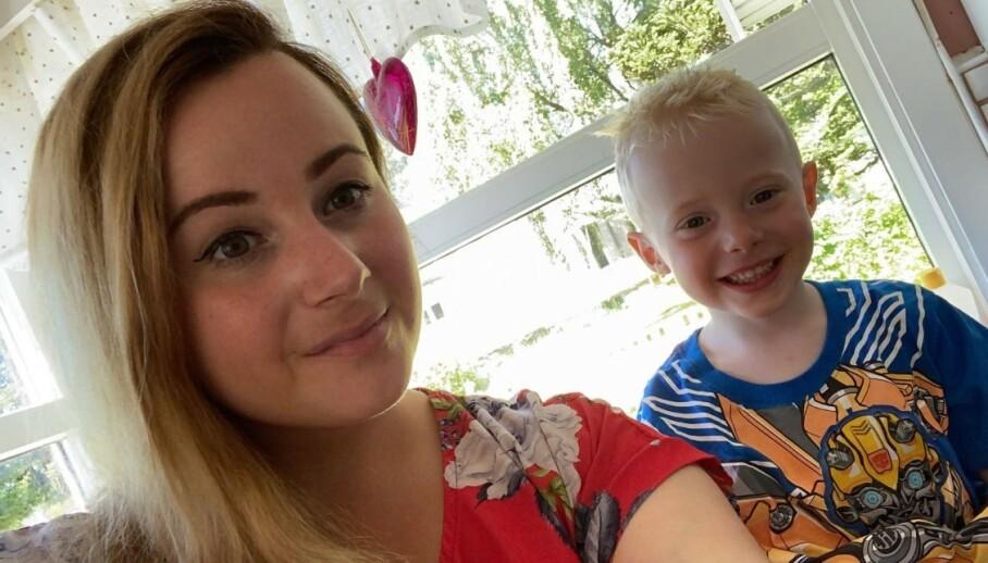 <strong>FIKK FEBER OG KRAFTIG DIARÉ:</strong> Dagen etter besøket hos bestemor ble Marcus veldig syk. Her sammen med mamma Celia. FOTO: Privat