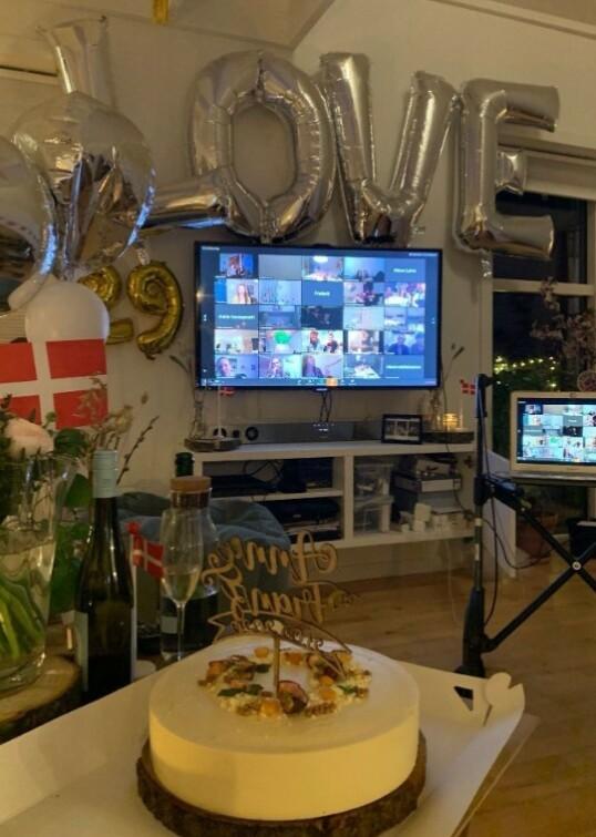 <strong>STEMNING:</strong> Gjennom Zoom kunne venner og familie følge med på bryllupsseremonien og ta del i festlighetene. FOTO: Privat