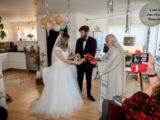 <strong>HJEMME I STUA:</strong> Bryllupsseremonien foregikk i parets hjem i Århus. Til stede var parets mødre og en katolsk prest. FOTO: Privat