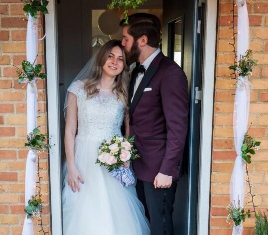 <strong>LYKKE:</strong> Anne og Franz - nygifte og lykkelige utenfor parets hjem i Århus i mars 2020. FOTO: Mads Due Egeslund