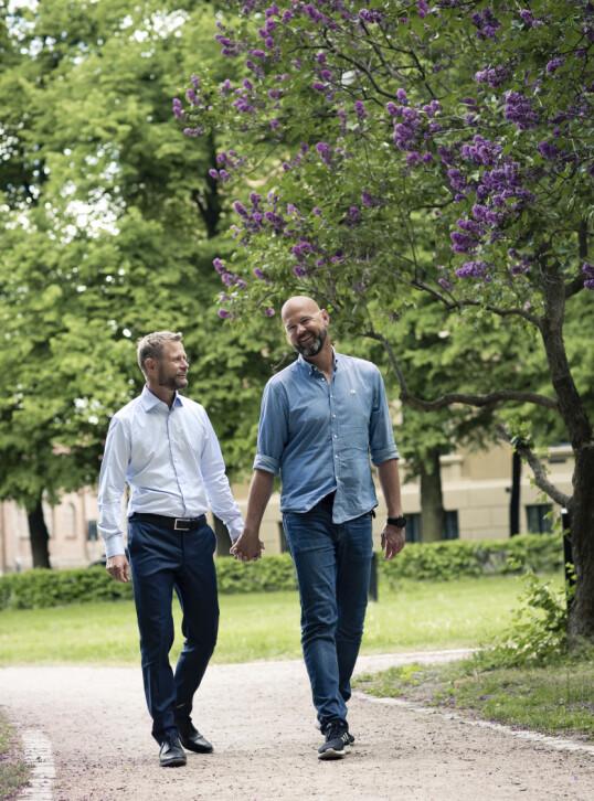 AKSEPT: Bent og Dag Terje ønsker å vise andre homofile som synes det er vanskelig å komme ut at det å være forelsket kun er en fin ting - uavhengig av kjønn. FOTO: Astrid Waller