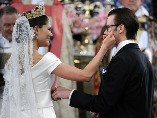 VAKKERT PAR: Kronprinsesse Victoria stryker sin mann prins Daniel på kinnet under bryllupet i Storkyrkan 19. juni 2010. FOTO: Pontus Lundahl / SCANPIX