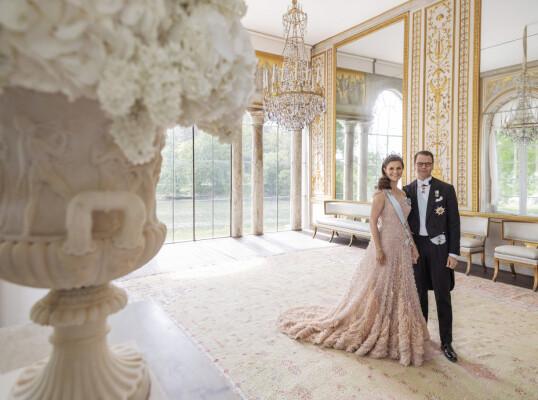 STERK KJÆRLIGHET: Kronprinsesseparet fotografert på Gustav III:s paviljong på Haga slott, i forbindelse med 10 års bryllupsdag. FOTO: Elisabeth Toll/Kungl. Hovstaterna