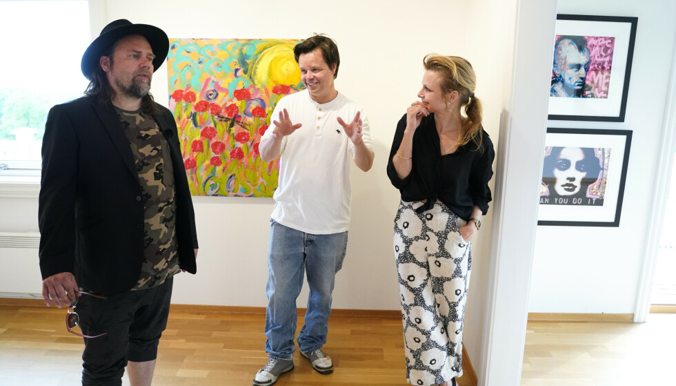 <strong>VENNER OG FAMILIE:</strong> Per Heimly, Espen Behn og Anja Bjørshol under presentasjon av utstilling med Ari Behns verker på Galleri Varden på Jeløya. Foto: Fredrik Hagen / NTB scanpix