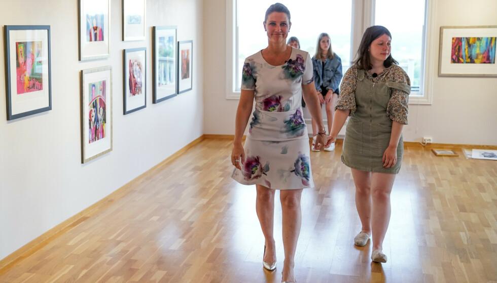 MOR OG DATTER: Prinsesse Märtha Louise og Maud Angelica Behn under presentasjon av utstilling med Ari Behns verker på Galleri Varden på Jeløya. Foto: Fredrik Hagen / NTB scanpix