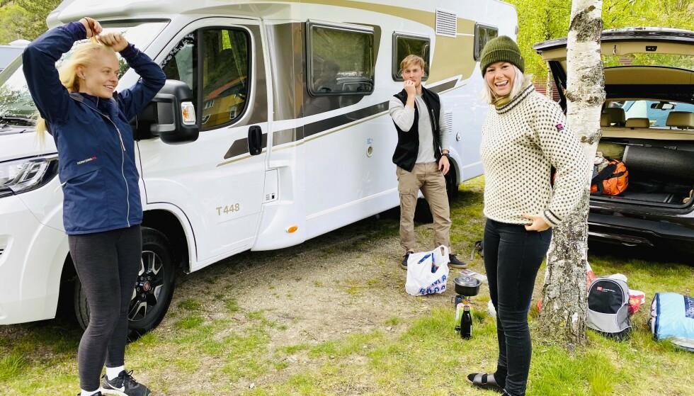 FØRSTE NATT: Bobilen vi har lånt har plass til fire og er utstyrt med kjøkken, toalett og dusj. I Lærdal fikk vi vårt første møte med overnatting på campingplass. FOTO: Lasse Engeland