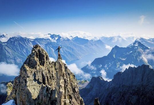 SUG I MAGEN: Vær-Kristina fikk klatre det 1290 meter høye fjellet Bladet på jobb for TV 2 i fjor sommer. En uforglemmelig opplevelse! FOTO: Lars Os/TV 2