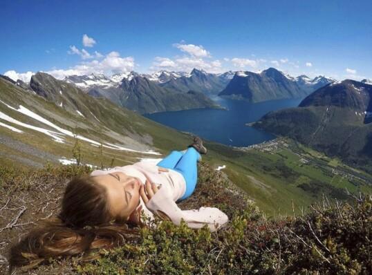 NASJONALROMANTISK: Kristinas hjemsted byr på irrgrønne fjellsider, snødekte topper og blå fjord. FOTO: @kristinakh/Instagram