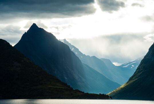DRAMATISKE NATUR: Ikke rart Hjørundfjorden er populær blant utenlandske turister. Men i år får nordmenn fjellene rundt Sæbø helt for seg selv. FOTO: Mattias Fredriksson/VisitNorway