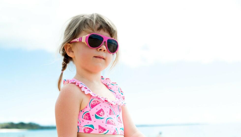 BESKYTT BARNAS ØYNE: Barns øyne er mer følsomme for UV-lys enn voksne. Gode solbriller nær sjøen er derfor et must. FOTO: Mokki