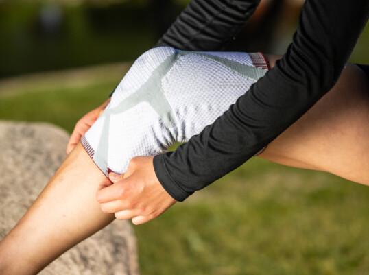 <strong>BESKYTTER:</strong> Med knestøtte fra Actimove holder kneet seg varmt, og risikoen for skader er mindre.