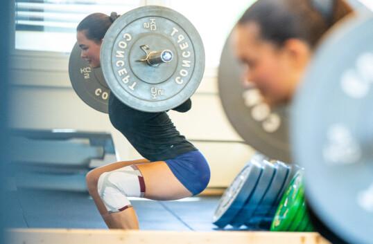 <strong>TIL ALT:</strong> Knestøtten er til god hjelp når Caroline enten trener styrke, løper eller spiller fotball.