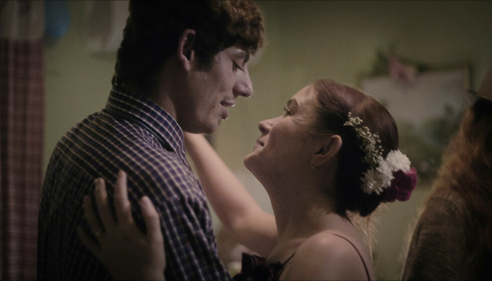 BRYLLUP: Etter åtte måneder gifter paret seg i Sverige. Foto: Mantaray Film