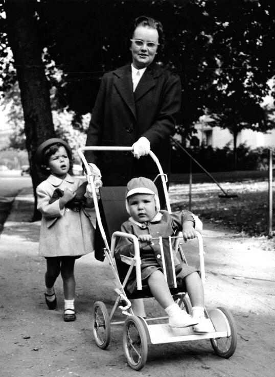 <strong>SOM EN MOR:</strong> Prinsesse Caroline av Monaco har vært åpen om at hun lenge hadde et nærere forhold til nannyen Maureen Wood, enn foreldrene. Her er prinsessen og broren prins Albert fotografert med barnepiken Maureen i 1961. FOTO: NTB scanpix