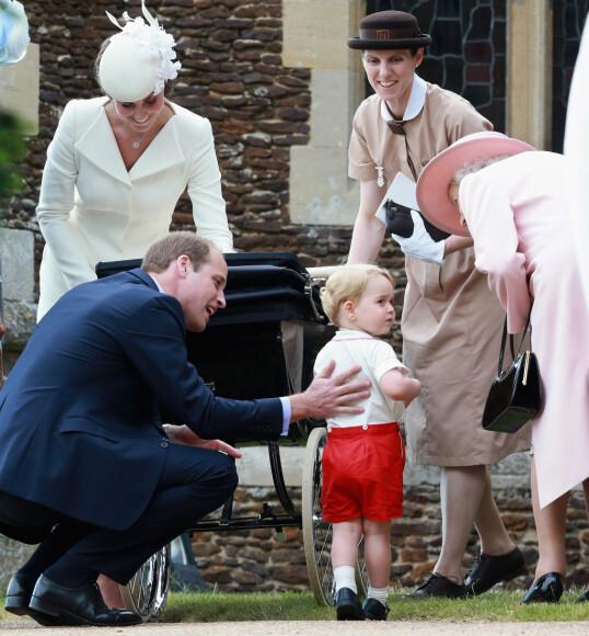 <strong>DELAKTIG:</strong> Barnepike Maria Borrallo med dronning Elizabeth, prins William, hertuginne Kate og prins George, under prinsesse Charlottes barndåp i 2015. FOTO: NTB scanpix