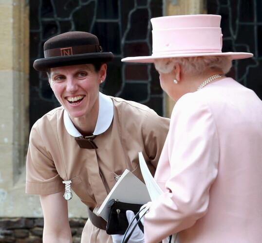 <strong>SLO AV EN PRAT:</strong> Dronning Elizabeth benyttet anledningen til å slå av en prat med oldebarnas barnepike Maria Borrallo under barndåpen i 2015. FOTO: NTB scanpix