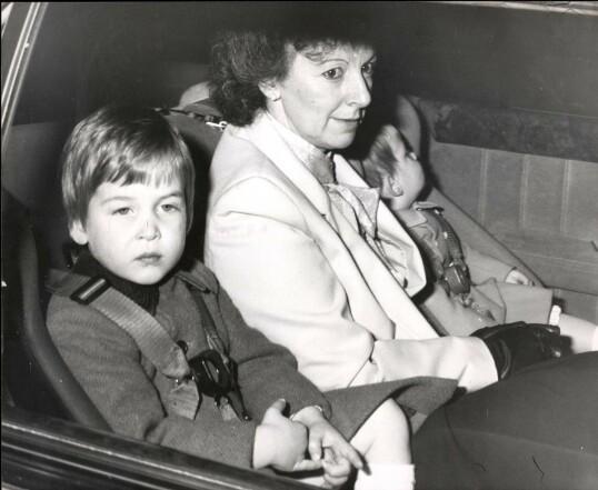 <strong>BARNEPIKE:</strong> Prins William og prins Harry på vei til et juleselskap på Windsor slott i 1985. I midten sitter guttenes barnepike Barbara Barnes. FOTO: NTB scanpix