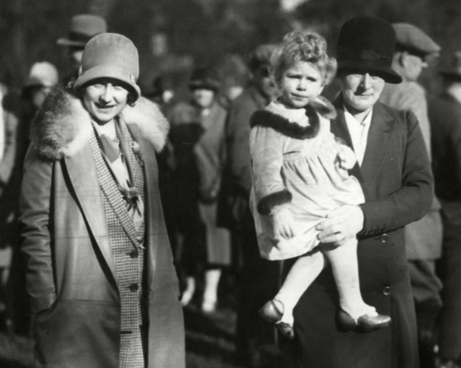 <strong>I BARNEPIKES FAVN:</strong> Dronning Elizabeth fotografert i armene på barnevakten Clara Knight i 1928. Dronningens mor, Elizabeth Bowes-Lyon (siden Dronningmoren) til venstre. FOTO: NTB scanpix