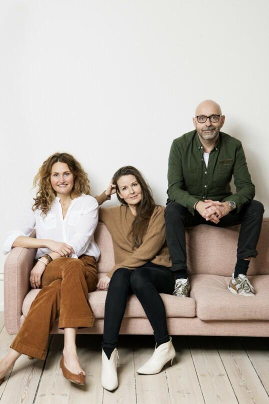 – Det er nesten som om omverdenen har større utfordringer med måten vi lever på enn det vi selv har, sier Nicoline Olesen, som sitter til venstre i sofaen her, og som deler leilighet med Rikkes ektemann Flemming. FOTO: Robin Skjoldborg