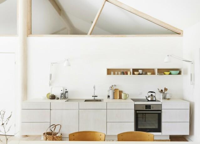 Vi er kanskje ikke vant til å bruke slike lamper på kjøkkenet, men hvorfor ikke? Pene og praktiske når du kan svinge lyset dit du vil. FOTO: Nicoline Olsen