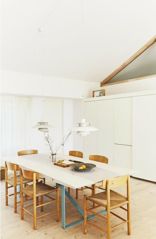 Heng to lamper over spisebordet hvis du vil styrke inntrykket av langbord. Bordet i kryssfiner med sprøytelakkerte stålbein har Claus Bjarrum designet selv. Spisebordsstolene er Børge Mogensens «J39» – også kalt «Folkestolen». Tips! Noen gamle arvestykker blant alt det moderne blir et fint supplement i innredningen. For eksempel er gamle tinnfat utrolig vakre. FOTO: Nicoline Olsen