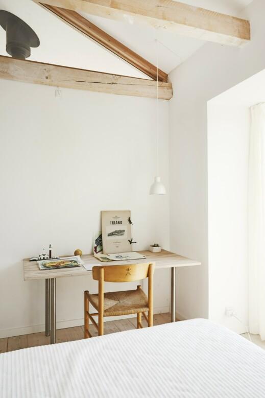 Med en glassrute øverst på veggen mellom de forholdsvis små soveværelsene reiser lyset på tvers av rommene og får dem til å virke større. FOTO: Nicoline Olsen