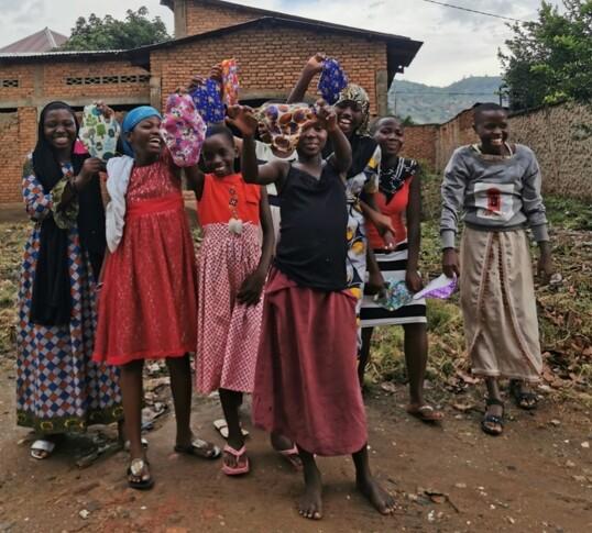 UTDELING AV TØYBIND: Mangel på sanitærprodukter forhindrer mange kvinner fra å arbeide og gå på skole. FOTO: Privat