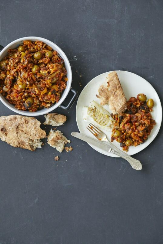 Den sicilianske auberginesausen caponata di melanzane serveres tradisjonelt som antipasto før middagen, men den fungerer også som herlig tilbehør til hvit fisk. Tips! Du kan bruke den fisken du har tilgang på til denne retten. FOTO: Winnie Methmann