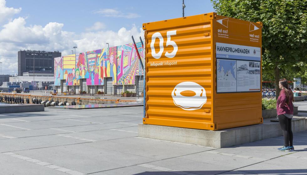 FYRTÅRN: Havnepromenaden strekker seg fra øst til vest i byen - eller motsatt. Underveis er det satt opp oransje «fyrtårn», som man kan sikte inn kursen etter. Her fra skateparken Skur 13 på Filipstadkaia. FOTO: Visit Oslo/Didrick Stenersen