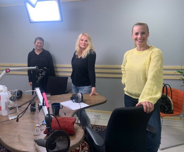 LIKESTILT: Psykolog Pia Aursand, artist Mia Gundersen og forbrukerøkonom Silje Sandmæl diskuterer økonomisk likestilling i podkasten «Pengetabu». FOTO: Privat/Pengetabu