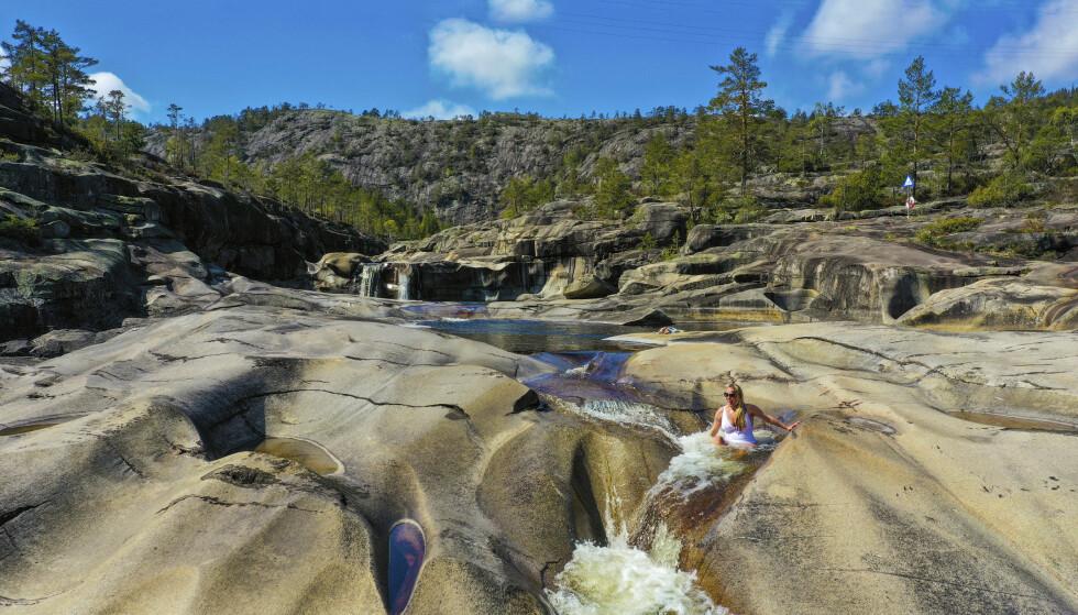 STEINFORMASJONER: Jettegryter finnes flere steder i landet, som her i Nissedal. Vannet skaper fordypninger og hull i steingrunnen, som er perfekte å bade i. FOTO: Ronny Frimann