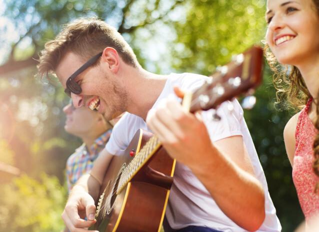 <strong>MUSIKKGLEDE:</strong> Samle venner til hagekonsert eller spill av en av de mange gratiskonsertene som ligger ute på nett. Bare husk en meters-regelen. FOTO: NTBscanpix