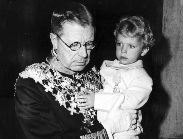 KRØLLTOPP: Kong Carl Gustaf i armkroken til sin farfar Gustaf VI Adolf i 1950. Han hadde korketrekkere og bølger i håret da han var barn. Mulig barnebarnet Adrienne har arvet disse av ham? FOTO: NTB scanpix