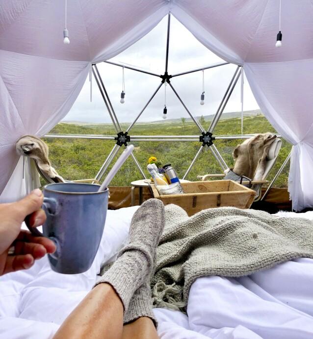 LUKSUSLIV: I Arctic Dome Rondane kan du nyte kaffekoppen i et unikt telt, utformet som en halvkule med vinduer. FOTO: Torild Moland