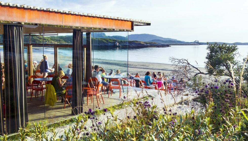 SJØUTSIKT: Strandbaren på Stokkøya er plassert midt i postkort-vakre omgivelser. FOTO: Christian Houge