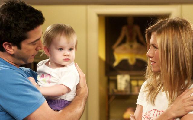 POPULÆRT: «Friends» er en av de mest sette TV-seriene gjennom tidene. Her er David Schwimmer (53) og Jennifer Aniston (51) i rollene som Ross Geller og Rachel Green. Også avbildet er karakterens baby, Emma Geller-Green, spilt av tvillingene Cali og Noelle Sheldon (18). FOTO: NBC
