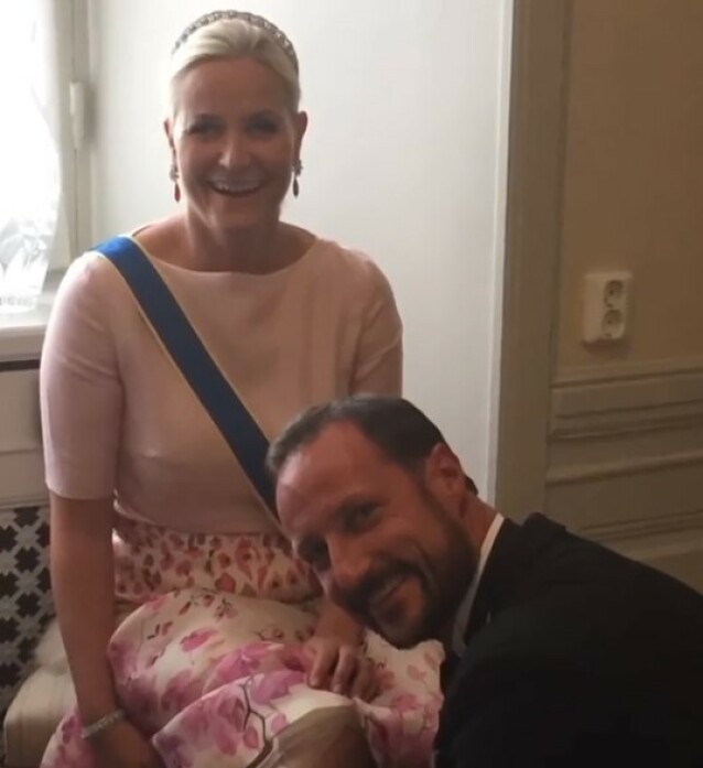 <strong>GENTLEMAN:</strong> I videoen har kronprinsessen lagt ved dette søte bildet av seg selv og ektemannen - som hjelper henne med å fikse på kjolen, før rojale oppdrag venter. FOTO: Skjermdump Instagram