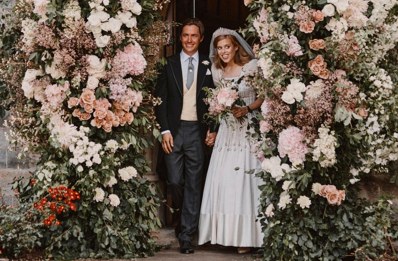 <strong>HERR OG FRU:</strong> Prinsesse Beatrice og ektemannen Edoardo Mapelli Mozzi forlater The Royal Chapel of All Saints etter seremonien 17. juli 2020. FOTO: NTB scanpix